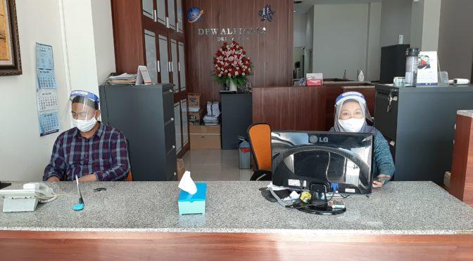 Waspadai Covid, Petugas Layanan Kantor ALFI DKI Pakai Face Shield