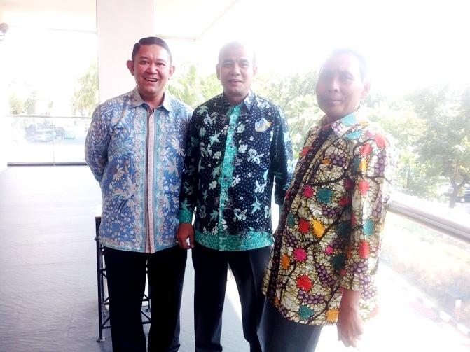 Ketu Umum DPP ALFI/ILFA Yukki Nugarahawan Hanafi (kiri), Sekretaris Umum ALFI Jakarta Adil Karim dan Sekretaris Eksekutif ALFI Budi Wiyono usai acara HUT ALFI ke-28 di Hotel Borobudur, Jakarta (25/7)