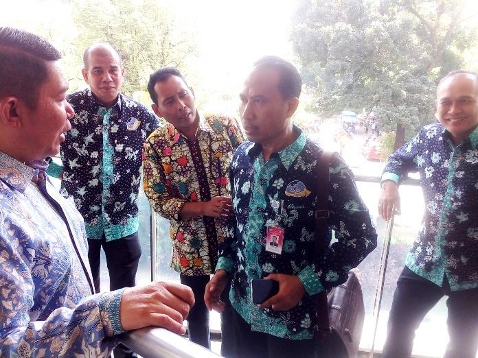 Ketua Umum DPP ALFI Yukki Nugarahawan Hanafi berbincang-bincang dengan sejumlah pengurus DPW usai acara HUT ALFI ke-28 di Hotel Borobudur, Jakarta (25/7)