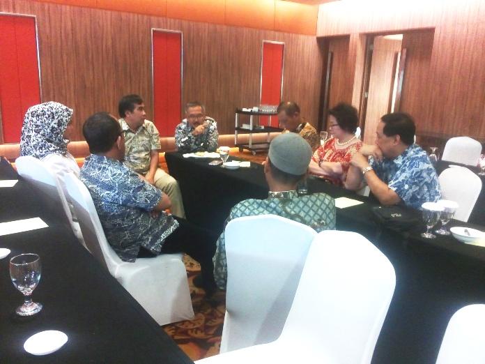 Sejumlah pengurus DPW ALFI asyik membahas langkah-langkah organisasi ke depan usai acara HUT ALFI ke-28 di Hotel Borobudur, Jakarta (25/7)